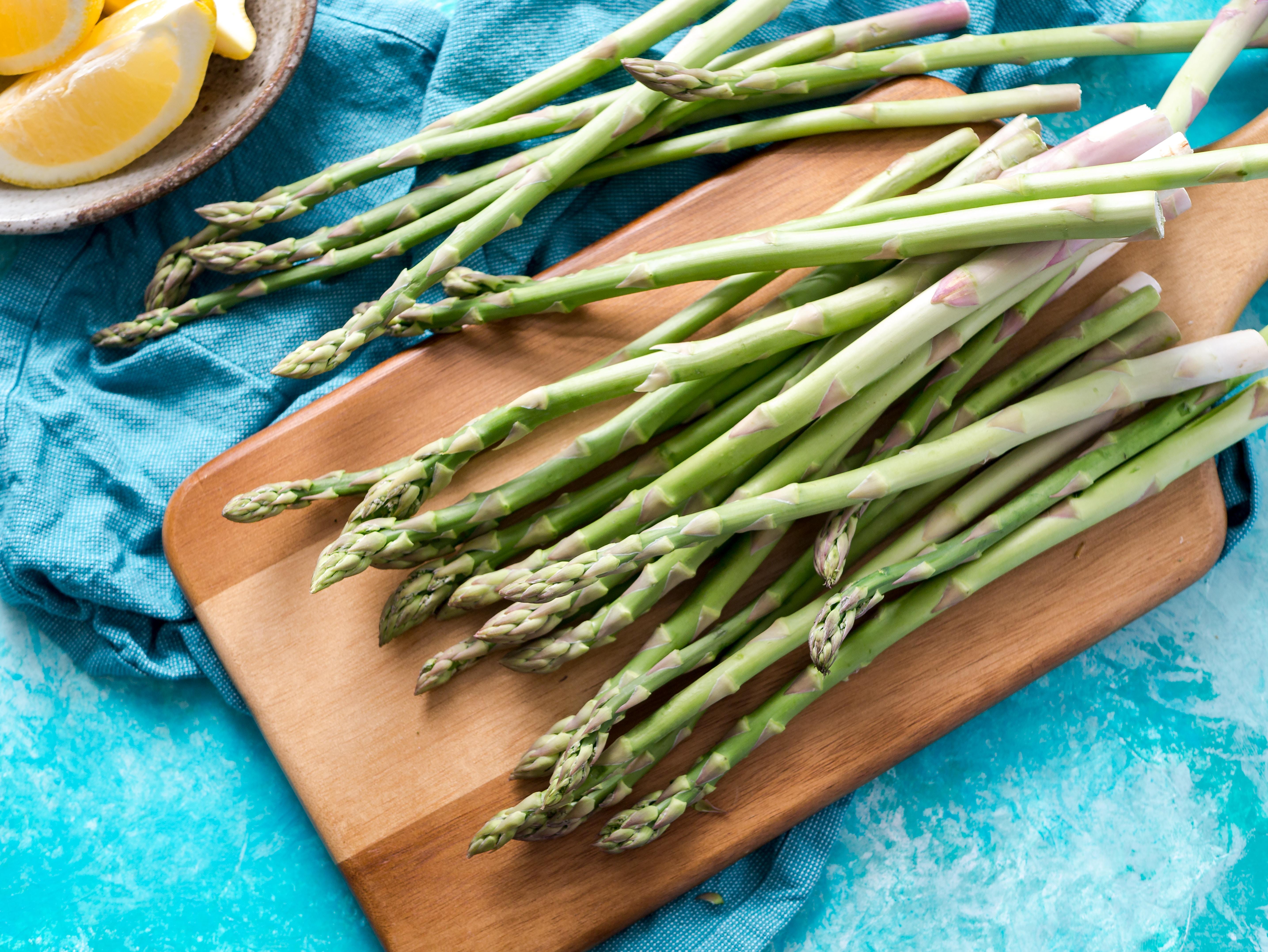 Wiosenny sezon na szparagi: właściwości i pomysł na sałatkę